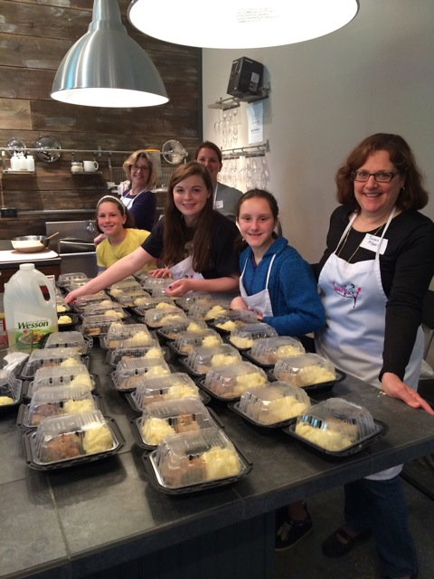 Tali Parliyan, Maryjane Staats, Abby Weiner, Alexa Parliyan, Jazzy Parliyan, Susan Albert preparing food for clients of Jewish Family Service.